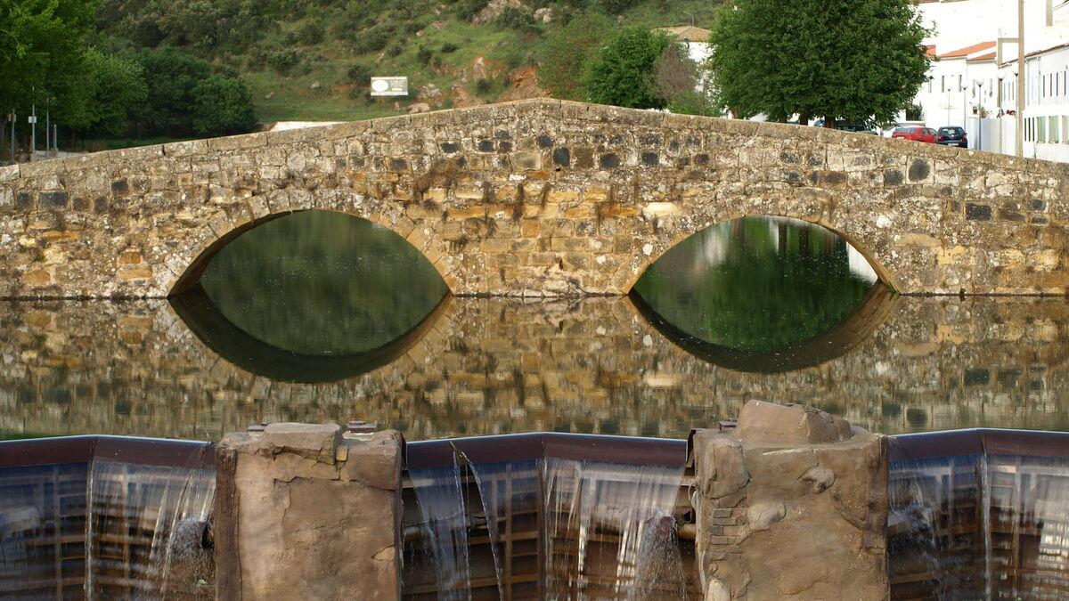 Puente de Piedra sobre el río Galindón, en San Nicolás.