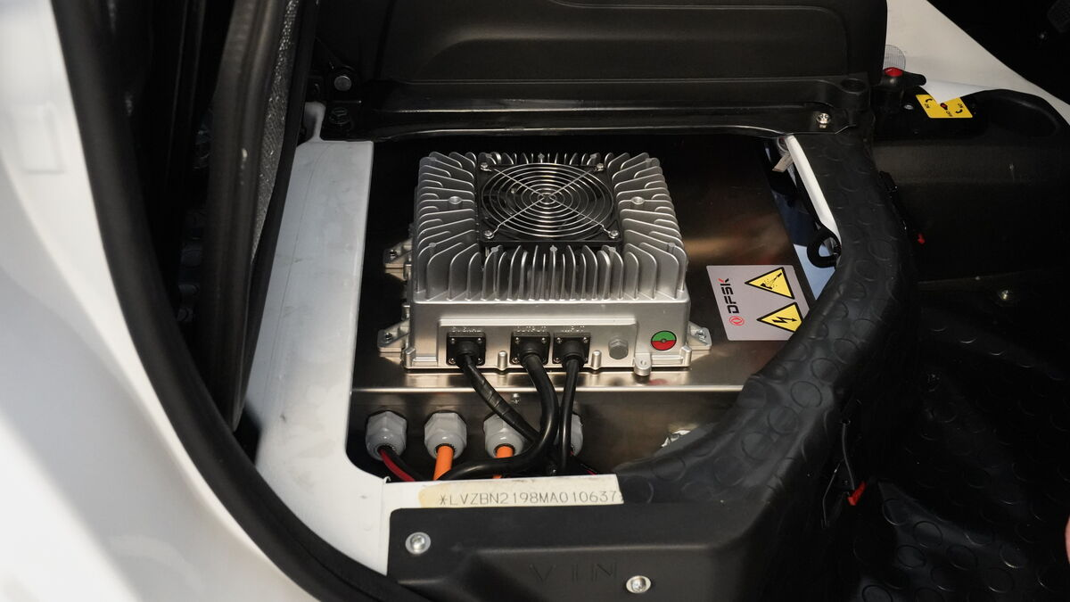 Las baterías son alojadas bajo la estructura de los dos asientos delanteros.
