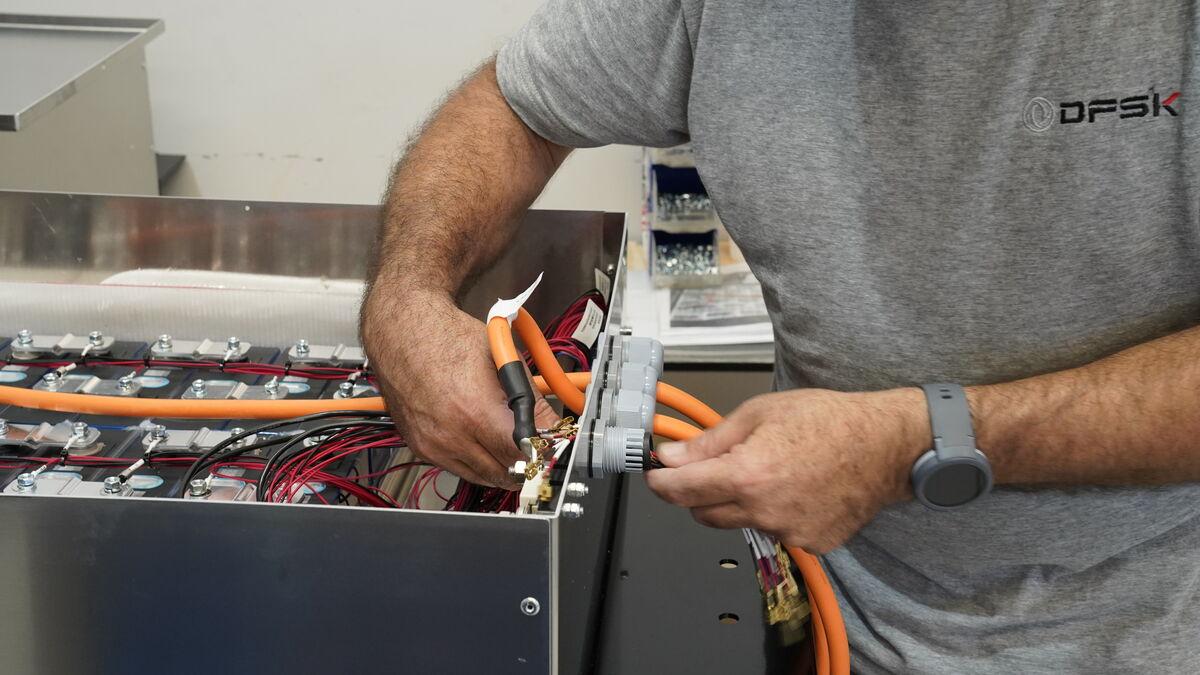 El ensamblaje de las baterías en su estructura se realiza en un taller adyacente a la cadena de transformación..