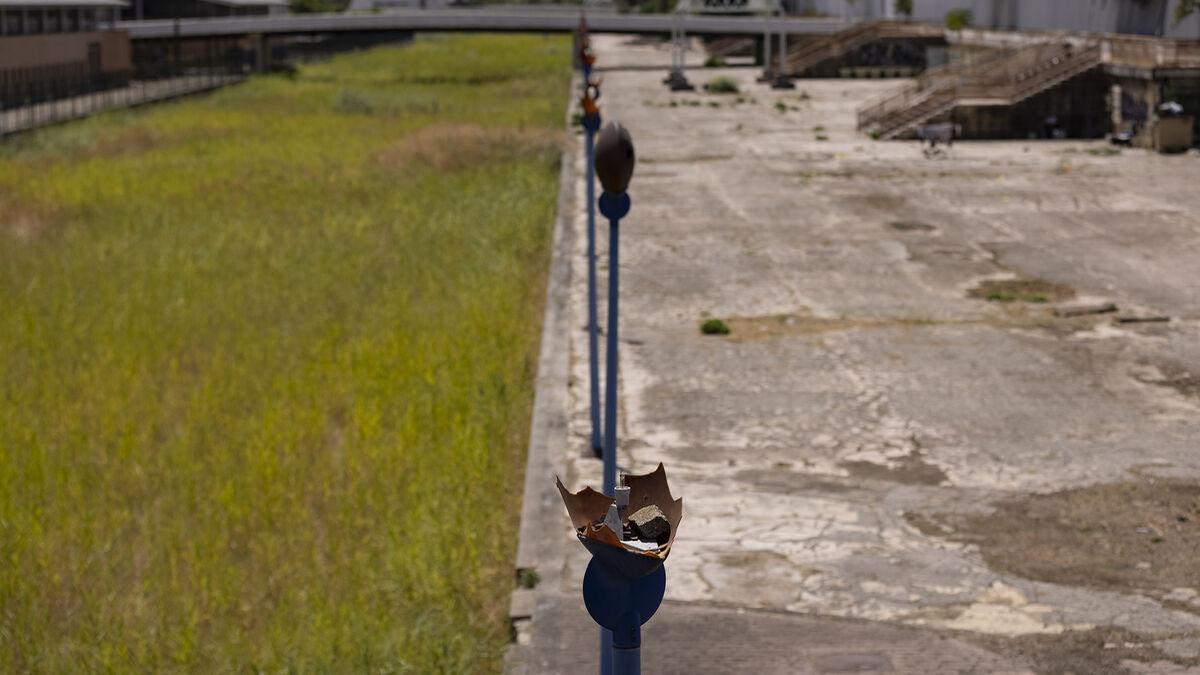 Las farolas de esta parte del canal llevan años destrozadas.
