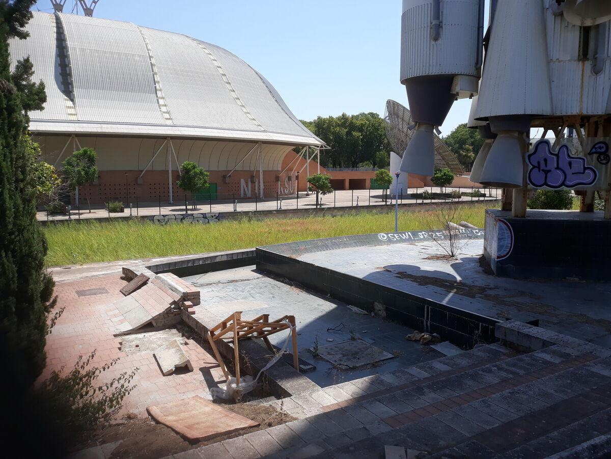Las losetas de la zona de la lanzadera Ariane 4 han servido para construir esta pista de skate casera.