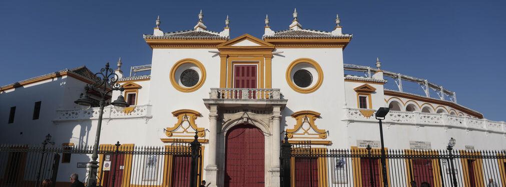 Fachada principal de la plaza de toros de la Maestranza