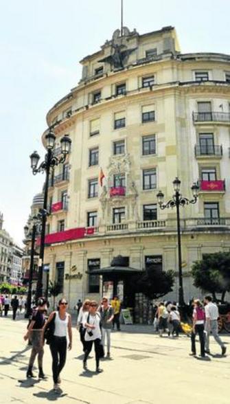 Allianz vende el edificio de la uni n y el f nix a un for Oficina allianz sevilla